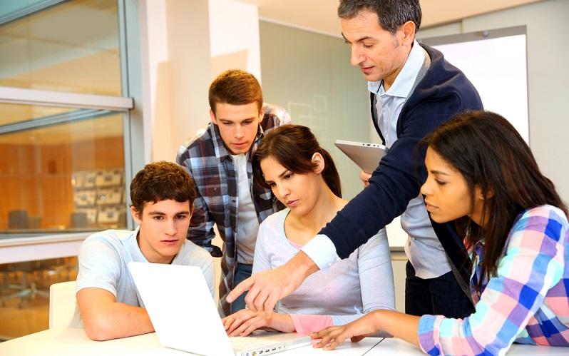 Der Fachbereich E-Commerce bildet Informatiker aus, die sich genau mit diesem Thema auskennen, wobei auch Wissensinhalte aus dem Bereich Wirtschaftsinformatik berücksichtigt werden. (Foto: Shutterstock-goodluz)