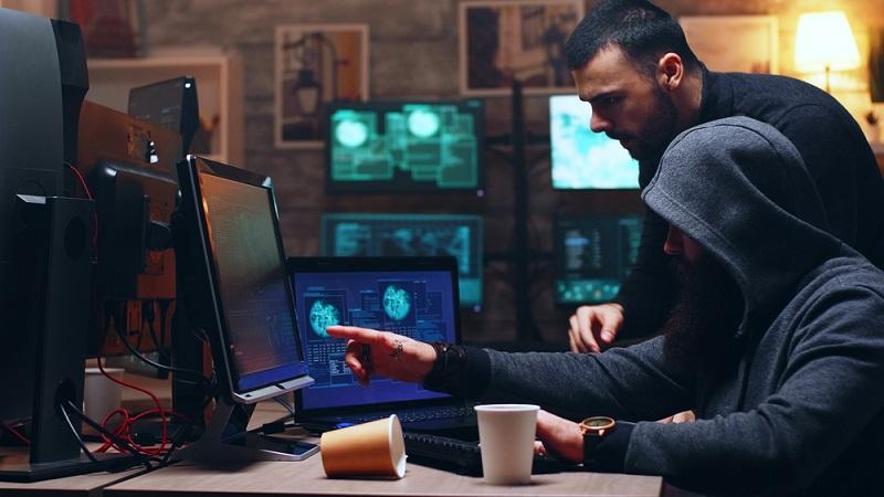Angriffe nehmen zu und Hacker werden dabei immer erfinderischer. Dabei müssen sie nicht einmal mit neuem Wissen glänzen, sie müssen lediglich die immer zahlreicher werdenden Schwachstellen finden. ( Foto: Shutterstock- DC Studio )