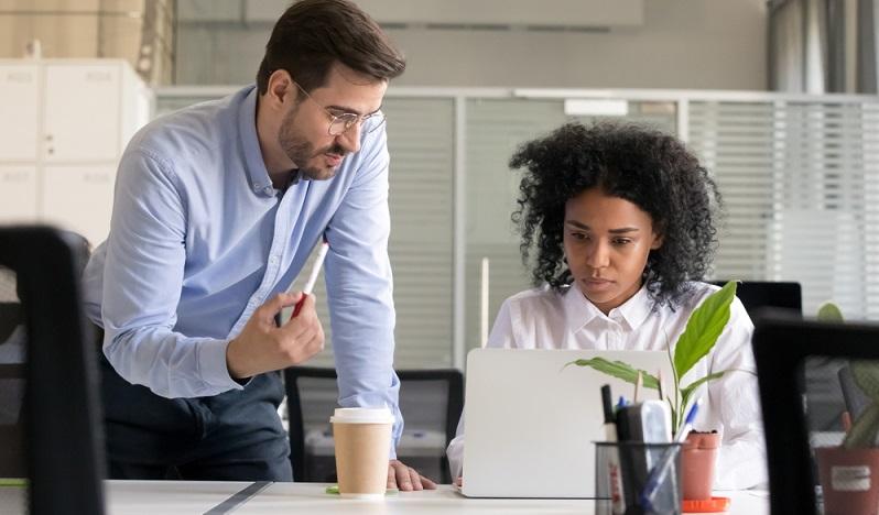 Unternehmensziele können ebenfalls in der ersten Arbeitswoche angesprochen werden. Hier bekommt der neue Mitarbeiter ein Gefühl für das Unternehmen und worauf es ankommt. (Foto: Shutterstock-fizkes)