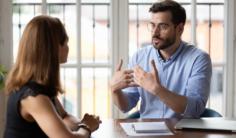 Der Mitarbeiter sollte konstant wissen, dass er jederzeit einen Ansprechpartner bei Fragen oder persönlichen Anliegen hat. (Foto: Shutterstock-fizkes)