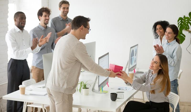 Onboarding ist die zielgerichtete Integration eines neuen Teammitglieds in ein Unternehmen. Spezielle Maßnahmen sorgen für einen angenehmen Start des Mitarbeiters. (Foto: Shutterstock-fizkes)