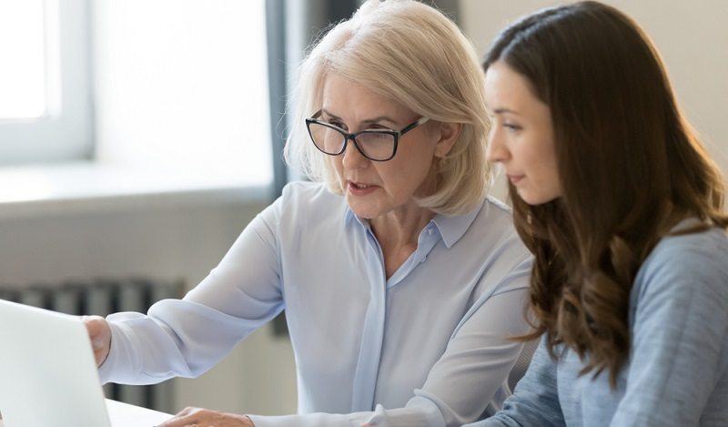 In der Preboarding-Phase sollte der feste Ansprechpartner des neuen Mitarbeiters zugewiesen werden.  (Foto: Shutterstock-fizkes)