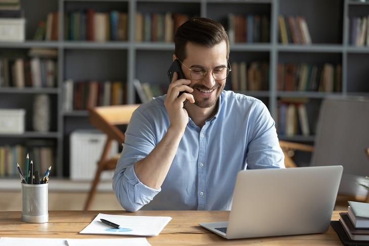 In Kontakt mit ehemaligen Mitarbeitern bleiben, schafft auch nach dem Arbeitsverhältnis Wertschätzung. (Foto: shutterstock.com / fizkes)