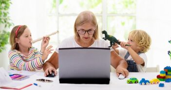 Heimarbeit: Wohlfühlen im Gartenhaus mit dem Job verbinden ( Foto: Shutterstock-_FamVeld )