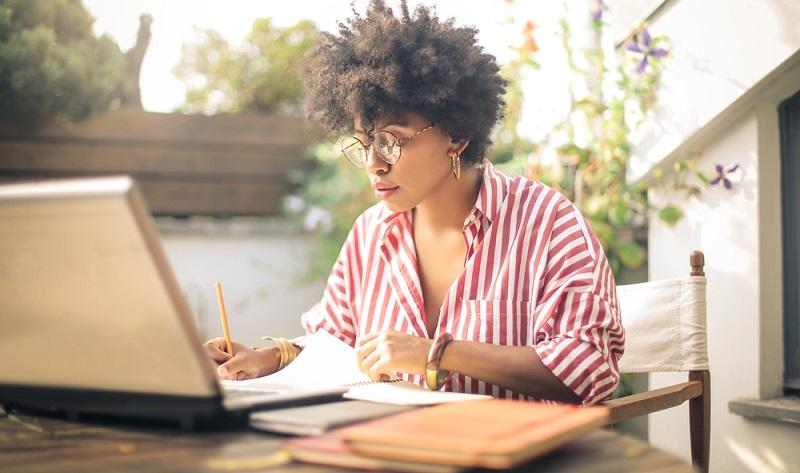 Heimarbeit wird in den unterschiedlichsten Berufen angeboten ( Foto: Shutterstock-Merle)