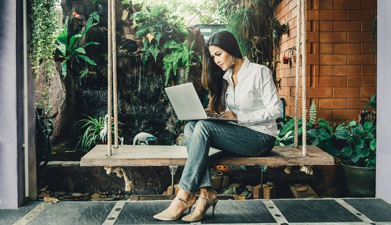 Blogger arbeiten in der schönsten Umgebung im eigenen Gartenhaus ( Foto: Shutterstock-Day2505 )