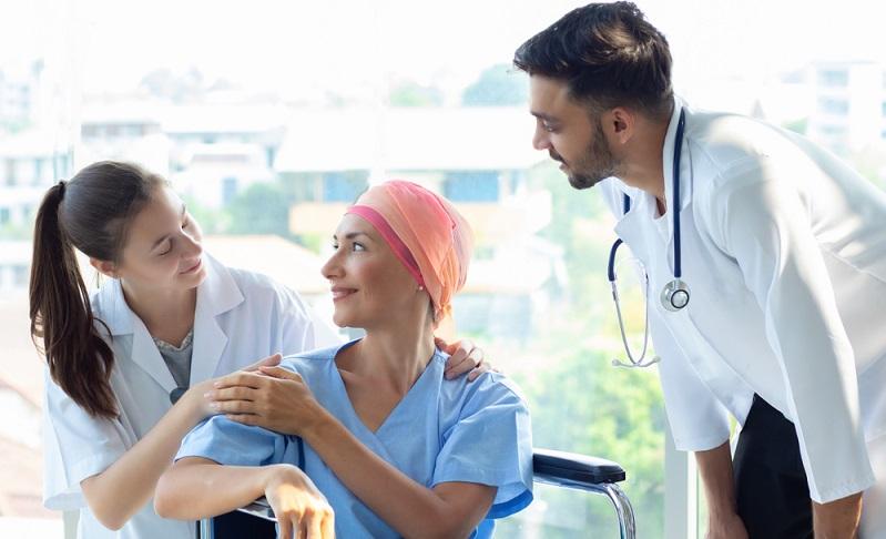 Offene Stellen in der Pflege gibt es mehr als genug ( Foto: Shutterstock-Nutnutchar NAV )