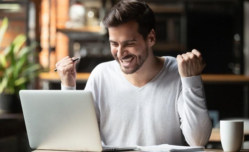 Mit einer Online Bewerbung kann man in kurzer Zeit viele Arbeitgeber erreichen ( Foto: Shutterstock-fizkes)