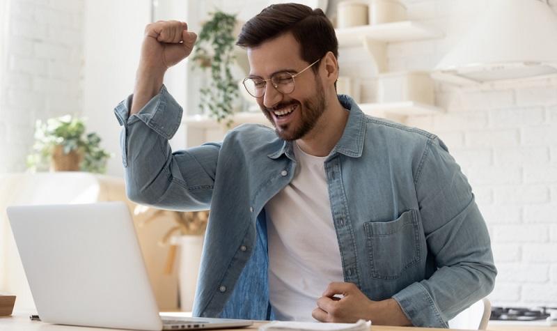 Bei Bewerbungen lauern nicht selten Fallen, die jede Bemühung und auch die besten Qualifikationen direkt zunichte machen können. (Foto: Shutterstock-fizkes)
