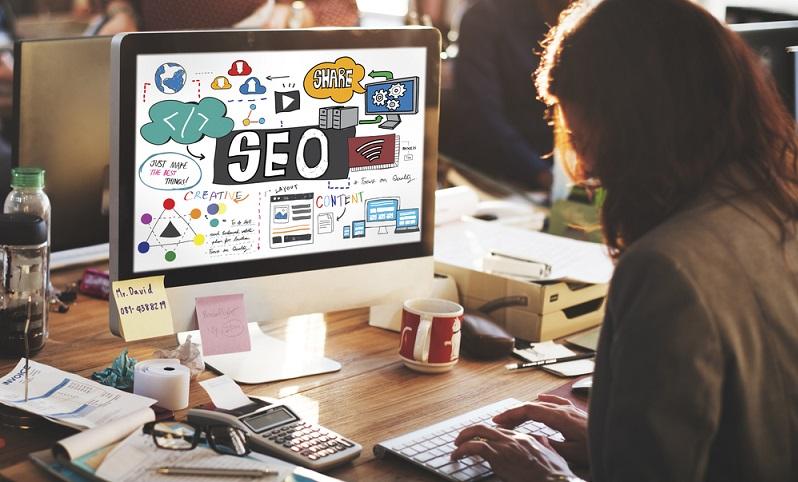 Das Festlegen von Keywords, die Suchmaschinenoptimierung und viele Kleinigkeiten ergeben eine Webseite, die von möglichen Kunden gefunden werden kann. ( Foto: Shutterstock-_Rawpixel.com )