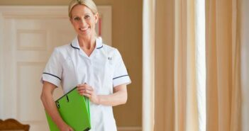 Examinierte Pflegekraft: Ausbildung, Gehalt, Förderung, Weiterbildung (Foto: shutterstock - Juice Verve)