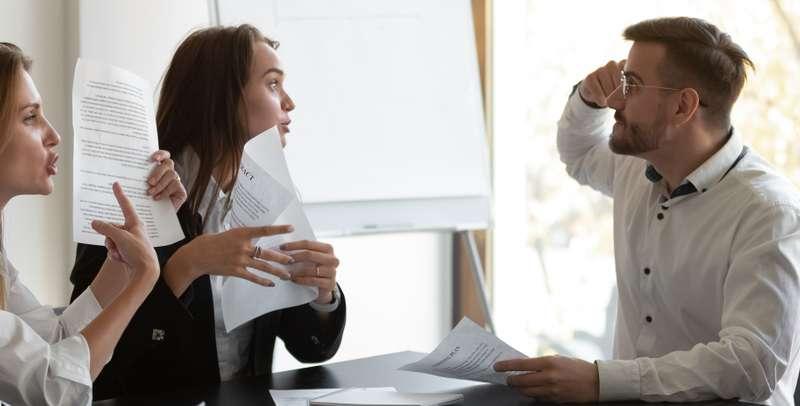 Wenn der Aufhebungsvertrag unterschrieben wird, besteht kein Anrecht auf Kündigungsschutz mehr. ( Foto: Shutterstock-fizkes )