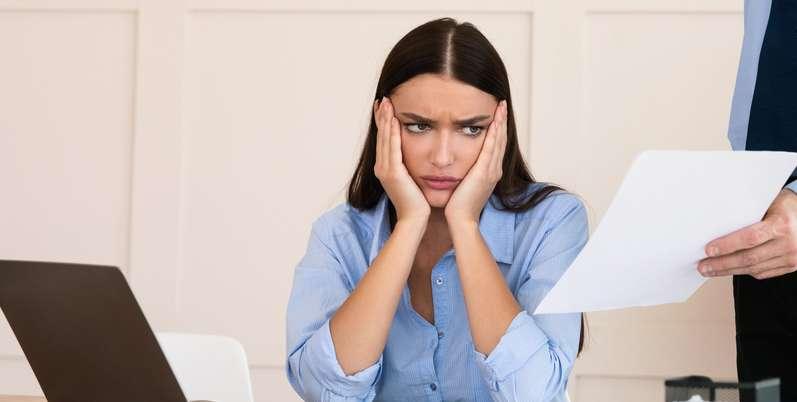 Viele Arbeitnehmer stehen vor der Wahl: Aufhebungsvertrag oder Kündigung? ( Foto: Shutterstock-  Prostock-studio )